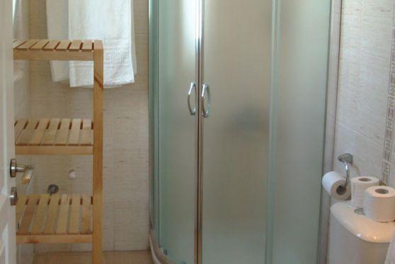 Εσωτερικό μπάνιου δίκλινου δωματίου στο ξενοδοχείο Hotel Indigo Studios