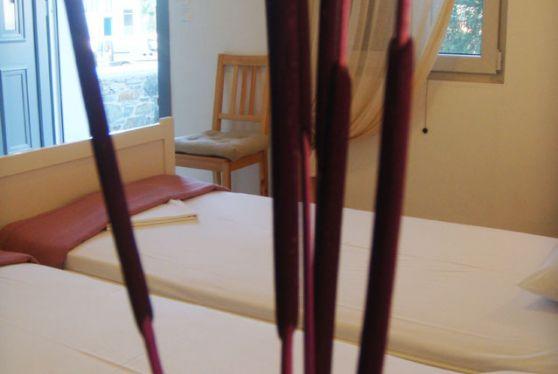 Εσωτερικό δίκλινου δωματίου, με θέα στην Σέριφο