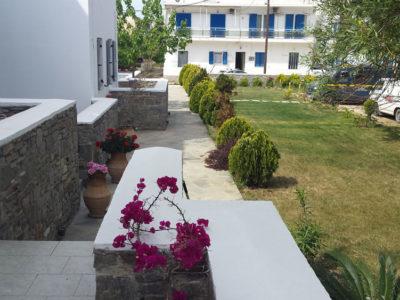 Εξωτερικό του ξενοδοχείου Hotel Indigo Studios στην Σέριφο. Βεράντες και ο κήπος
