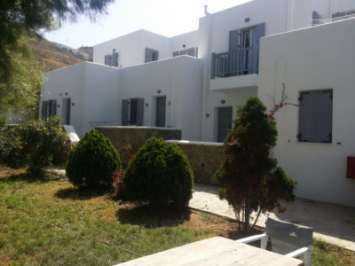 Outside view of the apartments and rooms of hotel Indigo Studios in Serifos