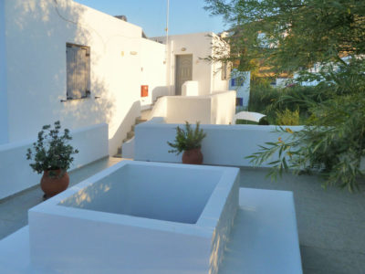 Hotel Indigo Studios: Outside view of a superior apartment, following the architecture of Serifos island