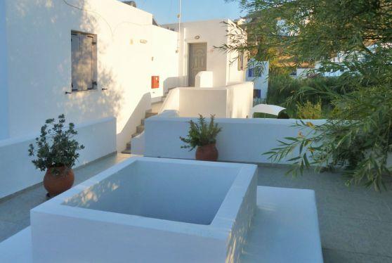 Η αρχιτεκτονική των superior διαμερισμάτων του ξενοδοχείου Hotel Indigo Studios ακολουθεί το στυλ του νησιού Σέριφος