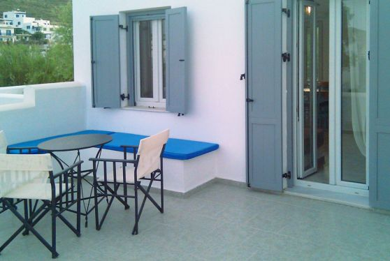 Τα superior διαμερίσματα του ξενοδοχείου Indigo Studios έχουν βεράντα με απίστευτη θέα στην Σέριφο