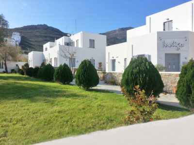 Hotel Indigo Studios: Outside view of the superior apartments complex, behind we can see the mountainous landscape of Serifos