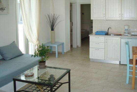 Άποψη εσωτερικού superior διαμερίσματος όπου βλέπουμε την κουζίνα, το σαλόνι, το υπνοδωμάτιο και την έξοδο στην βεράντα με την θέα στην Σέριφο