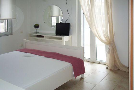 Υπνοδωμάτιο σε superior διαμέρισμα, με όλες τις ανέσεις και βεράντα με θέα στην Σέριφο